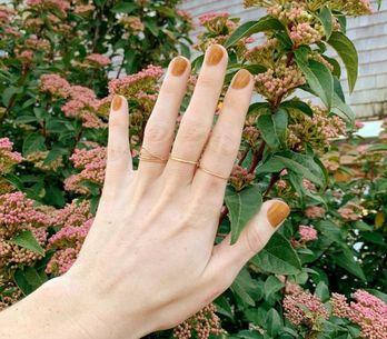 Manicure caramel latte: il trend unghie della primavera 2020