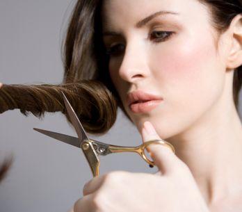 Come tagliarsi i capelli da sola: 5 metodi fai da te efficaci