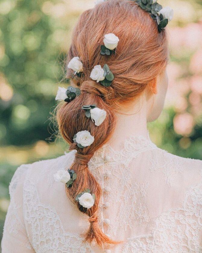 Une coiffure bohème avec des fleurs