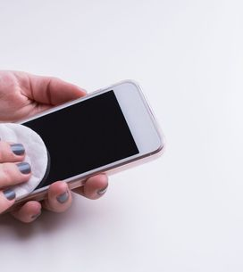 Cómo desinfectar la pantalla de tu móvil, un foco de infección olvidado