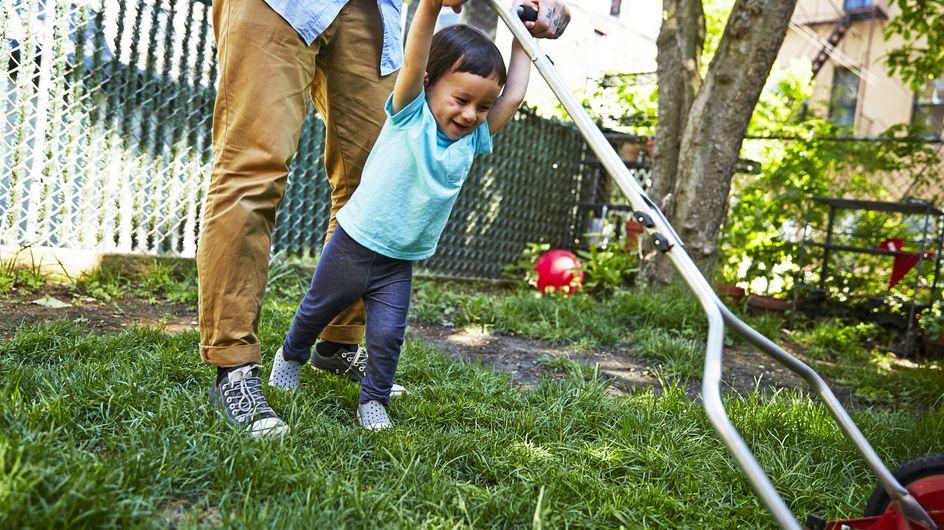 Rasenmäher-Eltern: Wer sie sind und welche Folgen ihre Erziehung hat