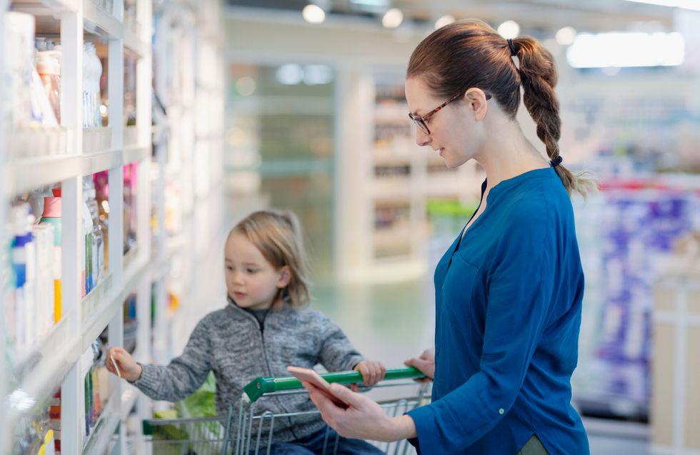 Au moins 800 parents isolés interdits d'entrer dans un magasin avec leur enfant