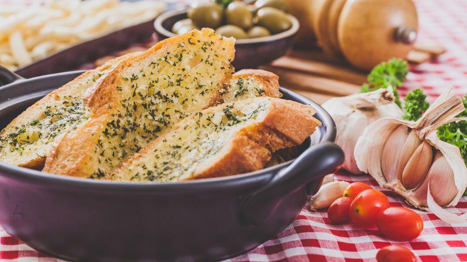 Pan de ajo gratinado con queso, ¡un snack muy sabroso!