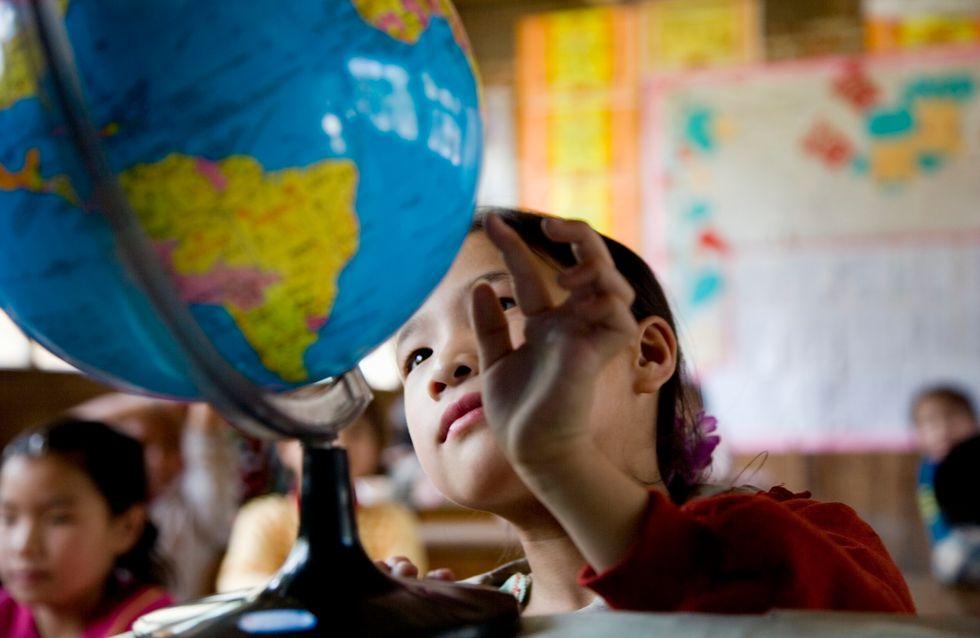En Chine, les écoliers équipés d'originaux chapeaux de distanciation sociale