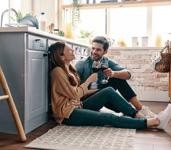 Quando un uomo si sta innamorando: i 7 segnali che una donna non deve lasciarsi