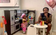 À 18 mois, cette petite fille reçoit son papa dans son «restaurant» (et c'est