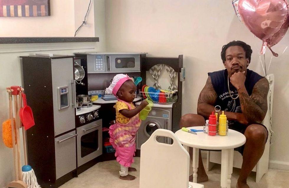 À 18 mois, cette petite fille reçoit son papa dans son «restaurant» (et c'est adorable)