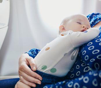 Tout ce qu'il faut savoir avant de prendre l'avion avec bébé pour la première fo