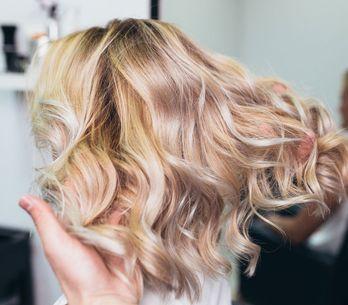 Passer du brun au blond : les différentes méthodes de décoloration
