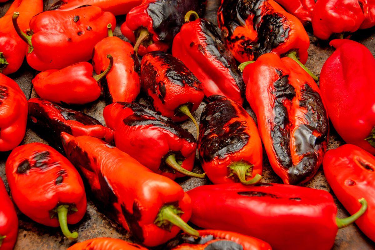 Ajvar selber machen: Einfaches Rezept für scharfe Paprikapaste