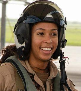 Madeline Swegle devient la première pilote de chasse afro-américaine dans la Nav