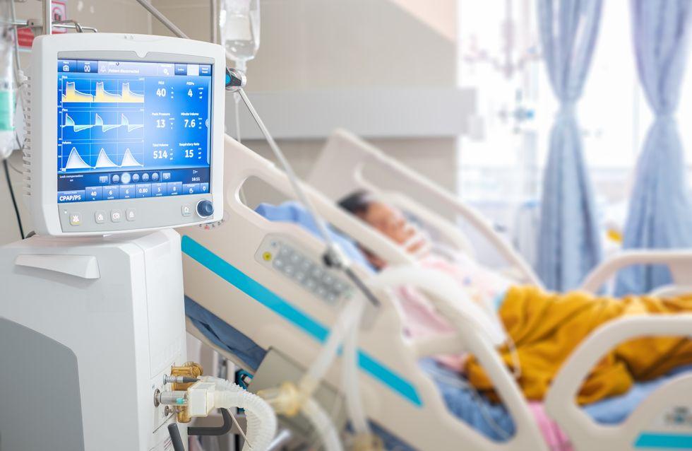 Coronavirus : Perché à la fenêtre d'hôpital de sa mère, il veille sur elle jusqu'à son décès