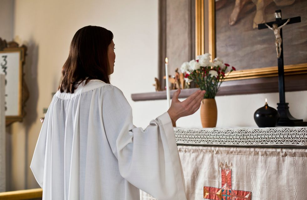 Menacée de mort, une candidate au poste d'évêque se bat pour la place des femmes dans l'Église