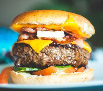 Burger grillen: Anleitung & Rezept für perfekte Pattys und Buns