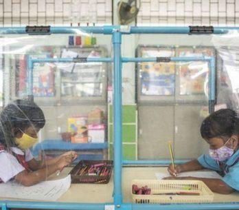 Coronavirus : les enfants enfermés dans des boxes en plastique dans une école th