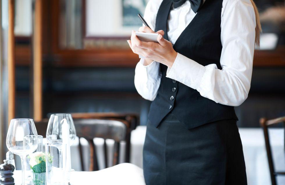 Un serveur tient des propos sexistes envers une cliente dans un restaurant et lui jette de l'eau de vaisselle brûlante