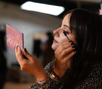 Alizée collabore avec KVD Vegan Beauty pour la campagne de la collection Lolita