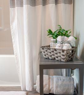 Duschvorhang waschen: Die besten Tipps und Hausmittel