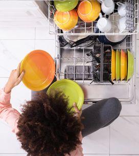Spülmaschine reinigen: Über No-Gos und die besten Hausmittel