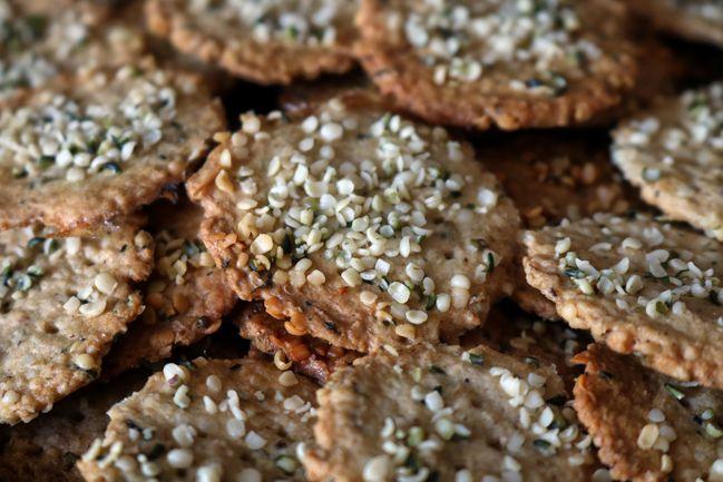 Tendances food 2021 : le chanvre et ses dérivés, comme ces crackers aux graines de chanvre