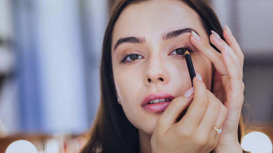 Cos'è e come si applica il kajal nero intenso per delineare gli occhi