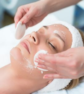Peeling viso: cos'è e come funziona il trattamento beauty che ti regala una pell