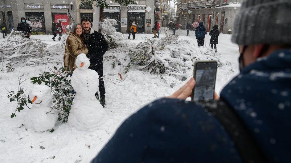 """Vague de froid : sous la neige, les Madrilènes dansent """"La Macarena"""""""