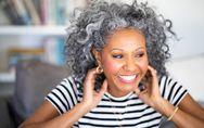 Graue Haare: Die häufigsten Ursachen und besten Pflege-Tipps