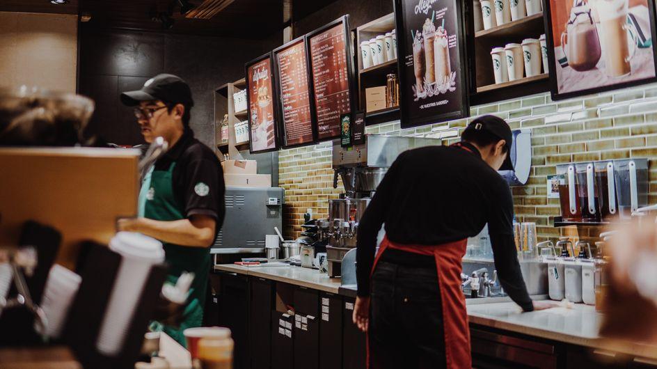 """""""J'ai encore jeté 90 kilos de nourriture la semaine dernière"""" : un employé de Starbucks témoigne d'un gaspillage effrayant"""