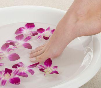 Callosités, odeurs, mycoses… Les recettes de bain de pieds au bicarbonate de sou