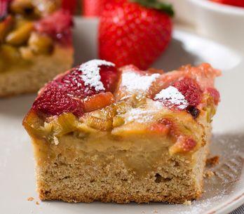 Rhabarberkuchen vom Blech: Einfaches Rezept mit Streuseln