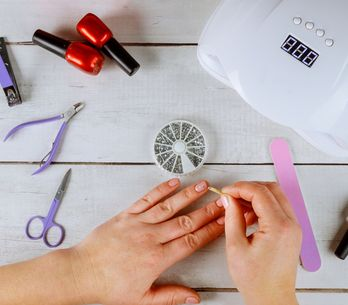 Come togliere il gel dalle unghie: estetista o fai da te?
