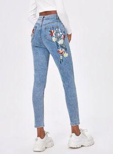 Jeans attillati con ricamo a floreale