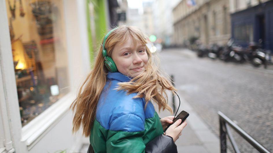 Cette jeune TikTokeuse prépare sa vidéo et se retrouve à filmer son harceleur