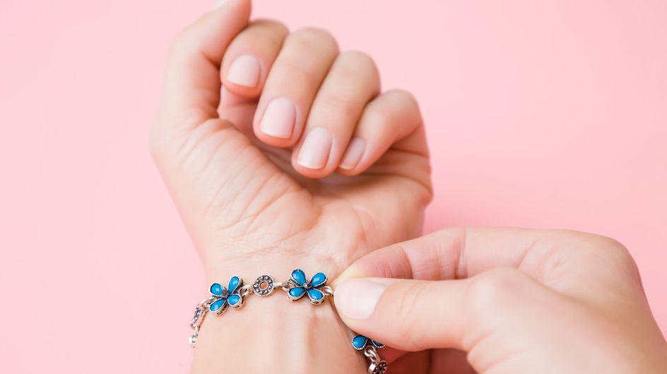 Grâce à cette astuce virale, finie la galère de mettre un bracelet avec fermoir tout.e seul.e