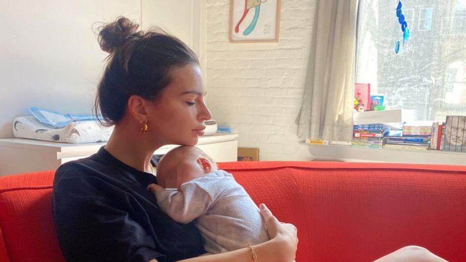 """""""C'est tellement dangereux"""" : Emily Ratajkoswki critiquée pour sa manière de tenir son bébé"""