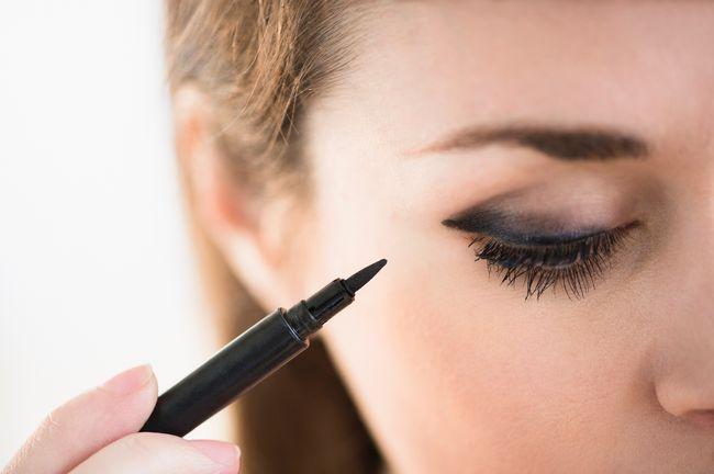 forma occhi: realizzare una linea con l'eyeliner nell'angolo superiore della palpebra solleva lo sguardo