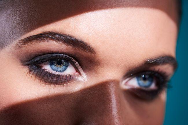 forma occhi: la piega all'ingiù degli occhi può essere corretta con il trucco del colore giusto