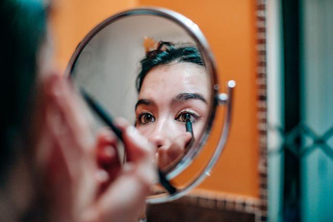 forma occhi: gli occhi chiari e piccoli hanno bisogno di essere enfatizzati con una linea di eyeliner
