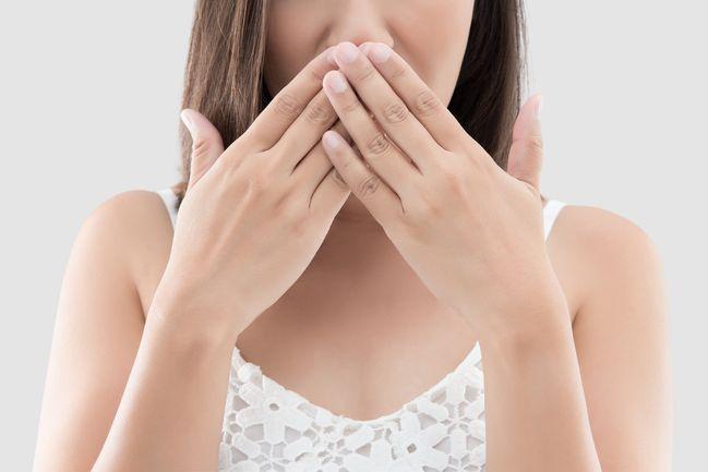 olio di cocco denti: aiuta a combattere l'alitosi