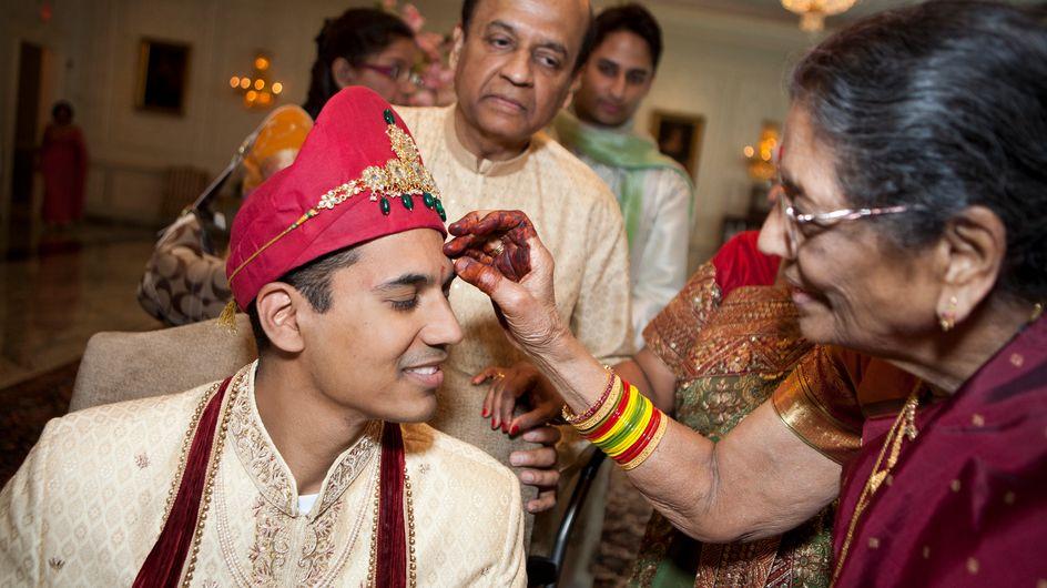 La mère du marié attaque son fils à coups de savate en pleine cérémonie