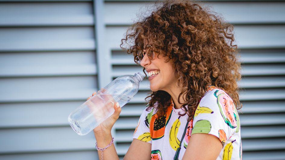 Bere tanta acqua: benefici e controindicazioni