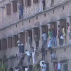 En Inde, des parents escaladent les lycées pour aider leurs enfants à tricher !