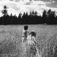 Una mamá fotógrafa captura la preciosa relación entre su hija biológica y su hija adoptada