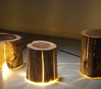 Un artista ciego crea lámparas de decoración a partir de troncos de árboles