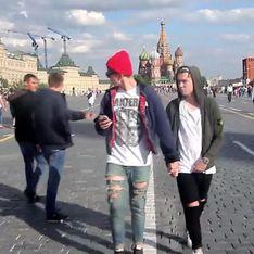 Video/ Questi ragazzi hanno girato per Mosca mano nella mano: ecco le prevedibili reazioni dei passanti
