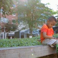 A 8 ans, il est le plus jeune greffé des deux mains au monde (Vidéo)