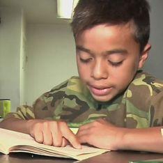 El niño que no tenía dinero para comprar libros y recibió cientos de ellos gracias a una iniciativa de su cartero