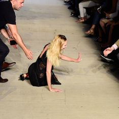 Candice Swanepoel chute en plein défilé à la Fashion Week de New York (Photos)