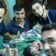 En Syrie, des bénévoles sauvent un bébé blessé dans le ventre de sa mère (Photos)